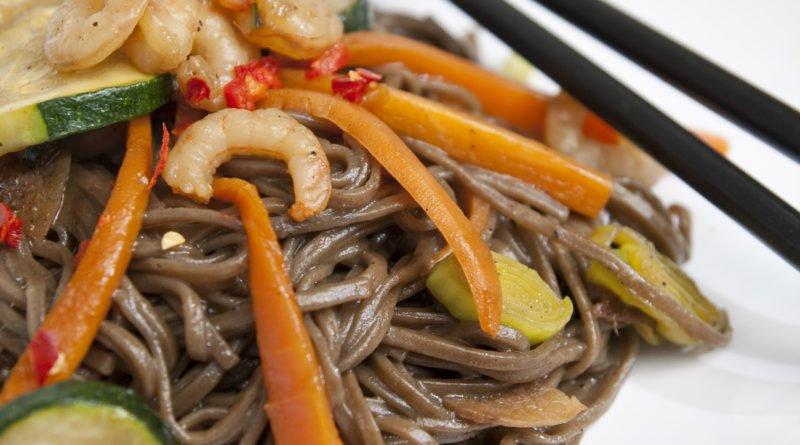 spaghetti soba saltati con gamberi e verdure