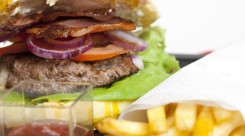hamburger ripieni con brie e speck