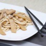 udon saltati con pollo e bambu
