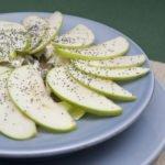 Insalata di mele con semi di zucca e papavero