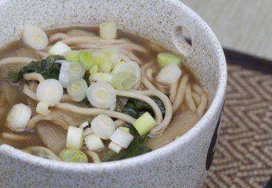 Zuppa di miso con noodles, cavolo cinese e bambù
