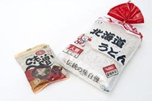 Udon e miso confezionati per la vendita nei negozi.