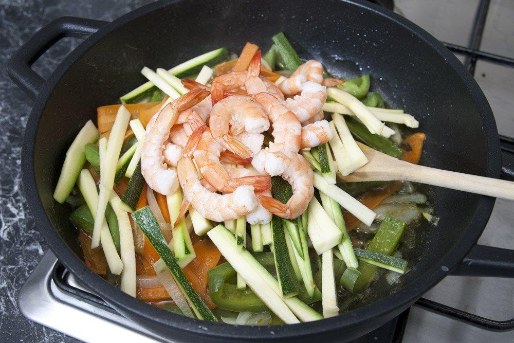 Aggiungiamo al condimento degli gnocchi di riso i gamberi e le zucchine