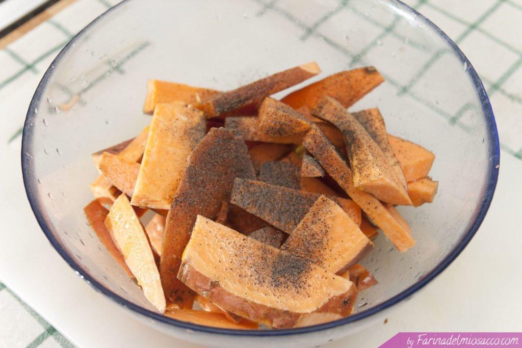 Trasferire le patate dolci affettate in una ciotola e condire con olio extravergine di oliva, sale e pepe.