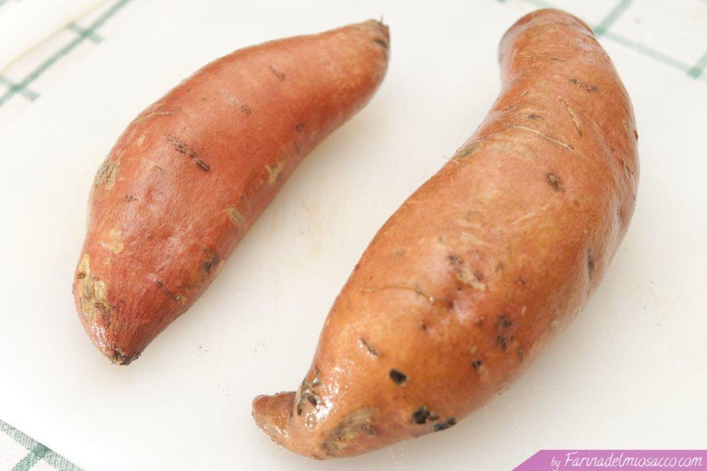 Lavare le patate dolci sotto l'acqua corrente