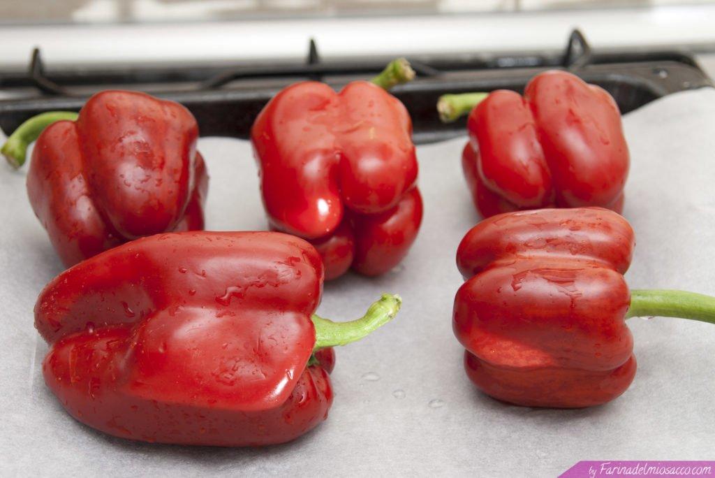 Mettere peperoni rossi su una teglia con carta forno e cuocere a 25 minuti in forno preriscaldato a 180°