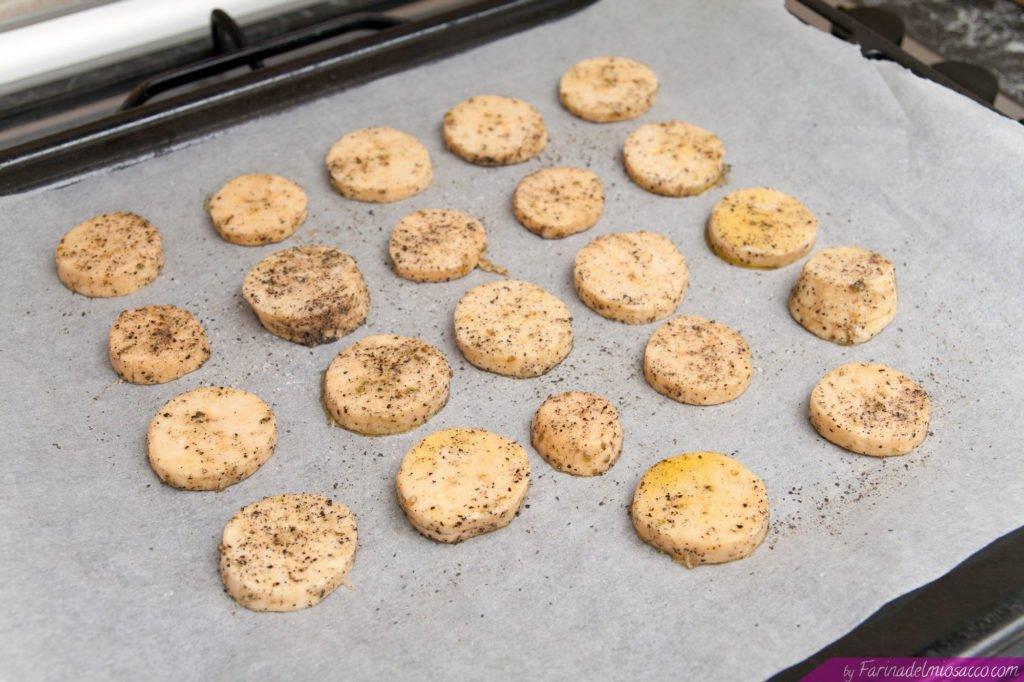 Disponiamo le fettine di platano su una teglia da forno.