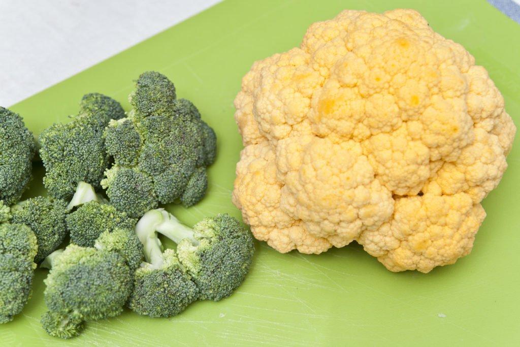 Affettare i broccoli e il cavolfiore giallo.