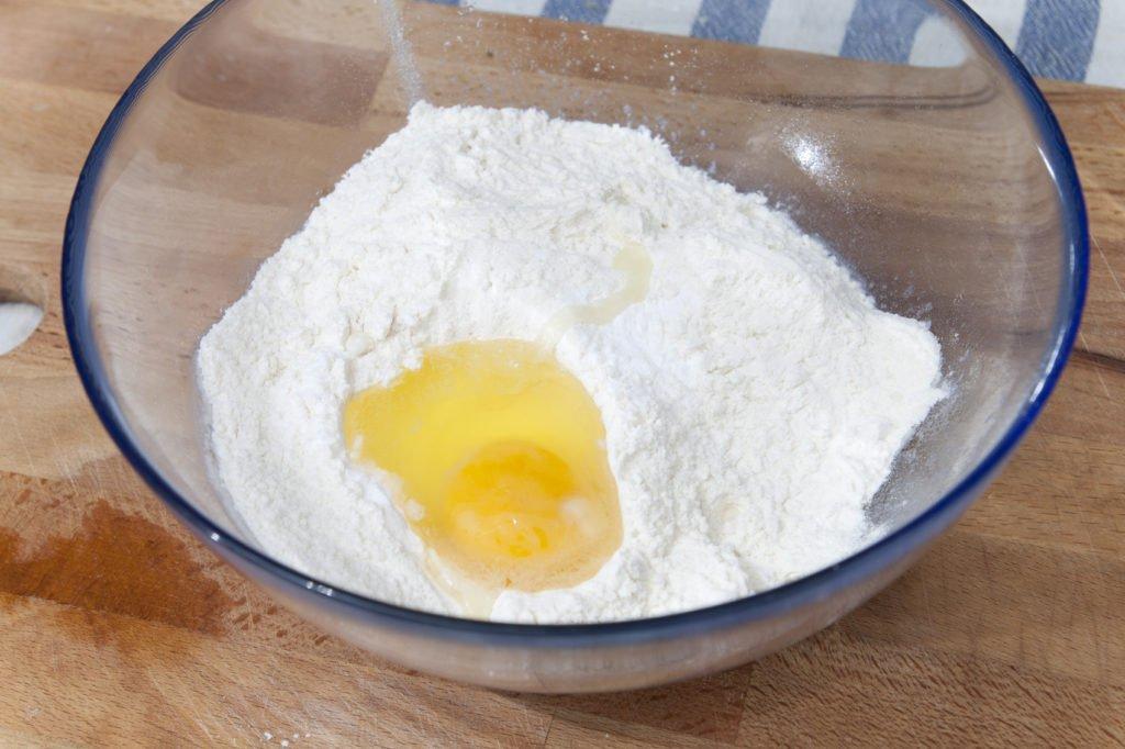 Impastiamo la farina con il bicarbonato e l'uovo.