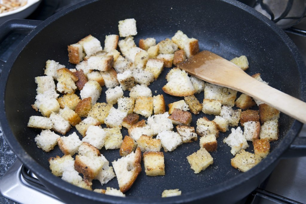 Facciamo abbrustolire il pane rustico.
