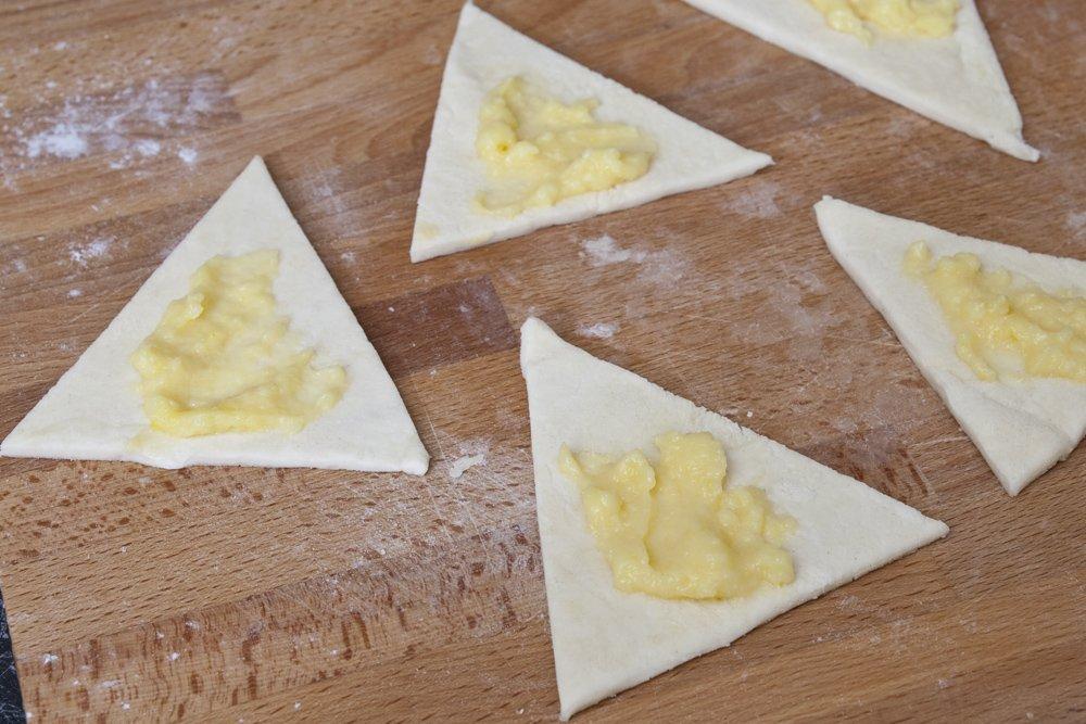 Tagliarla in triangoli e distribuire la crema pasticcera.