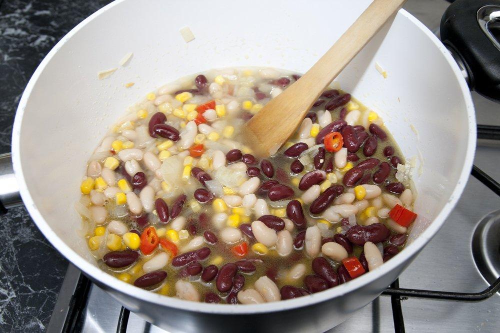 Aggiungiamo i fagioli e il mais assieme a una tazza d'acqua.