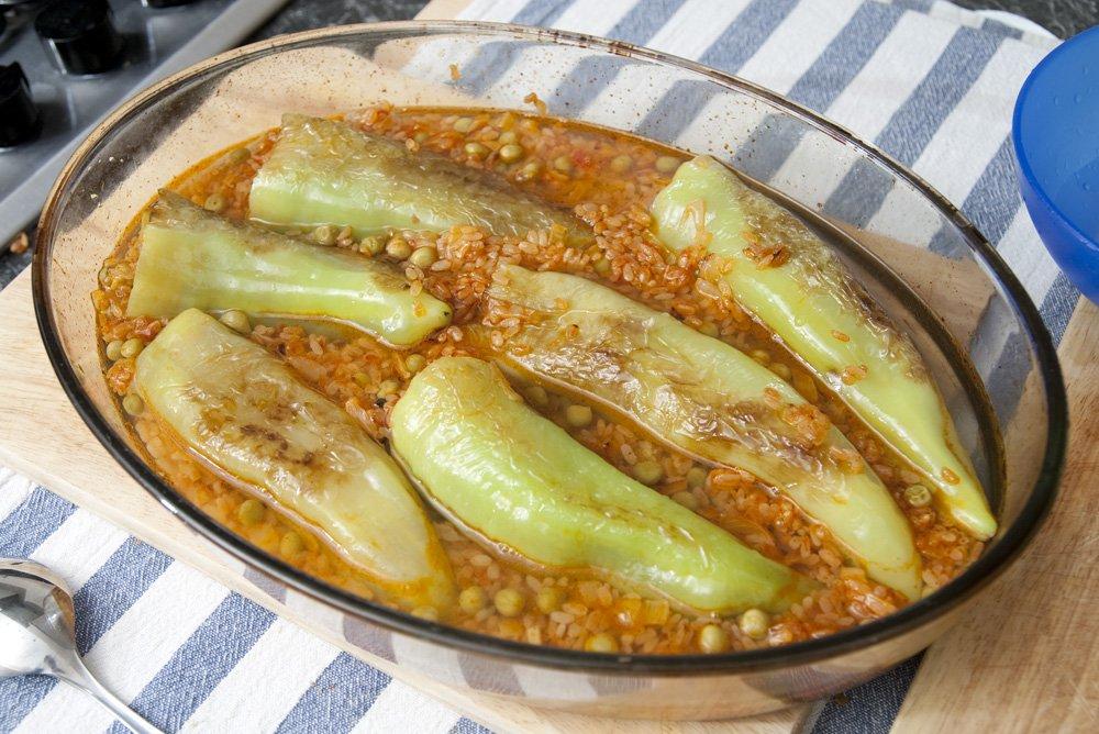Disponiamo i peperoni e il riso in una pirofila