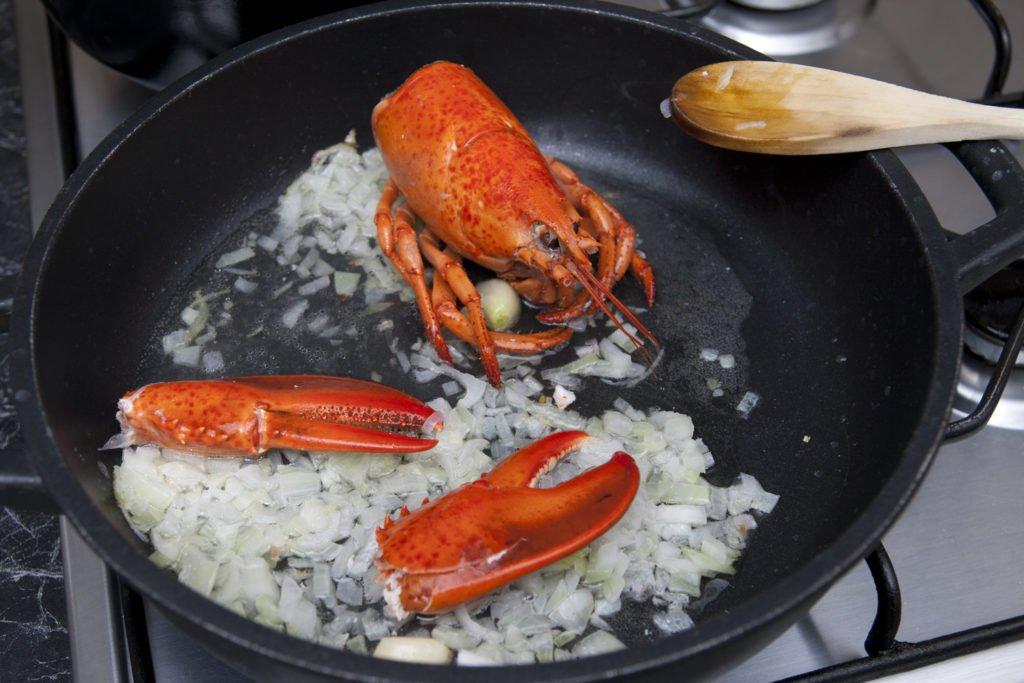 Aggiungiamo l'astice in cottura con il soffritto.
