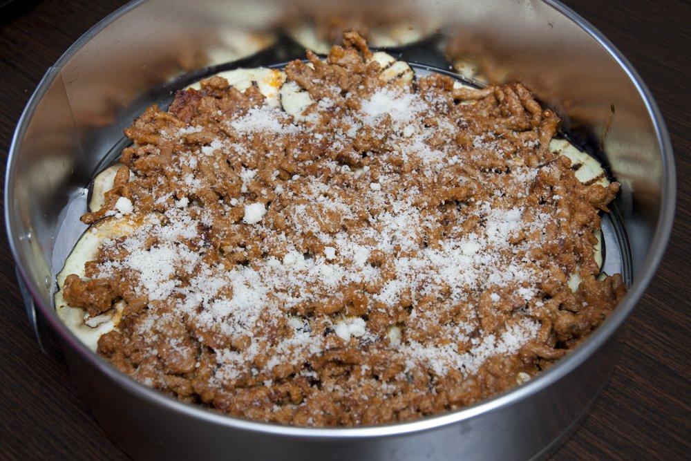 Spolveriamo la carne con il Parmigiano Reggiano.
