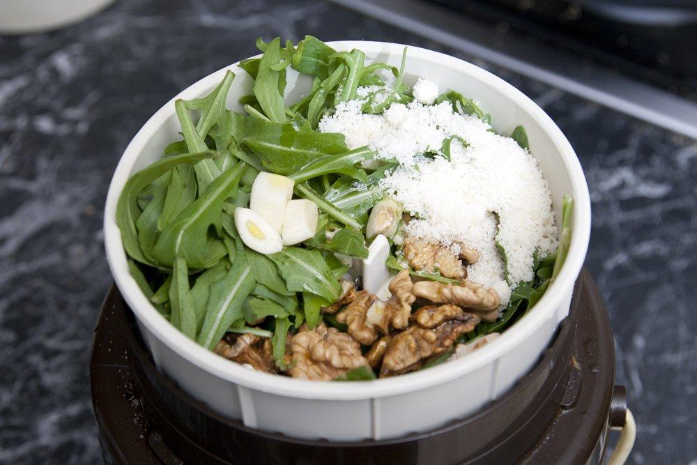 Frulliamo la rucola con le noci l'aglio il sale e l'olio extravergine di oliva.