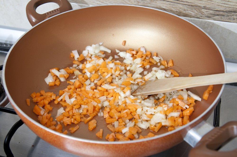 Sminuzziamo cipolla, sedano e carota e soffriggiamole in olio EVO