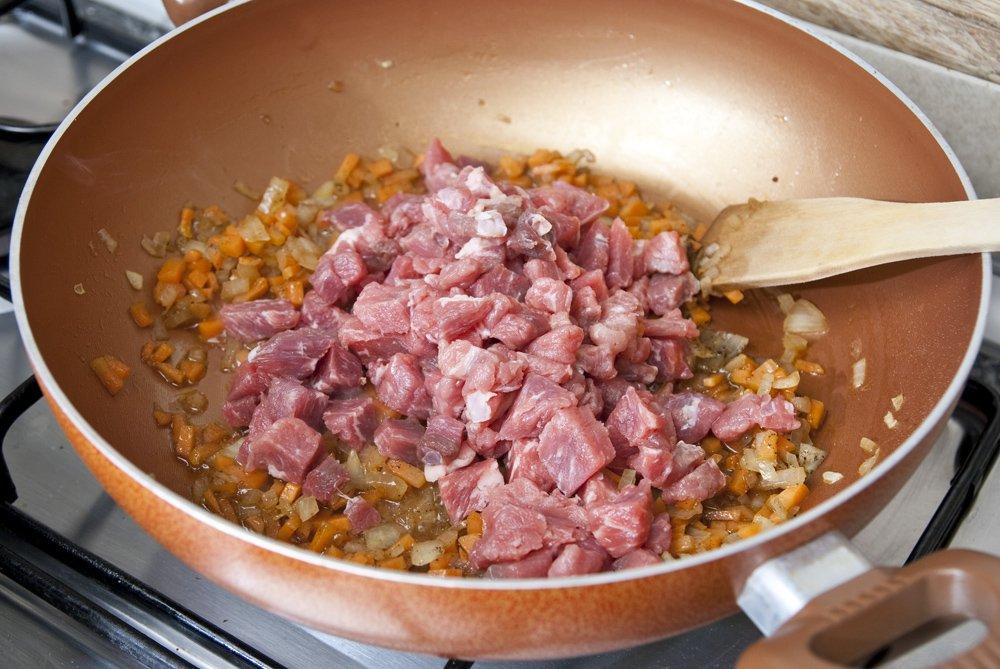 Tagliamo la carne di scottona in cubetti e aggiungiamola alle verdure
