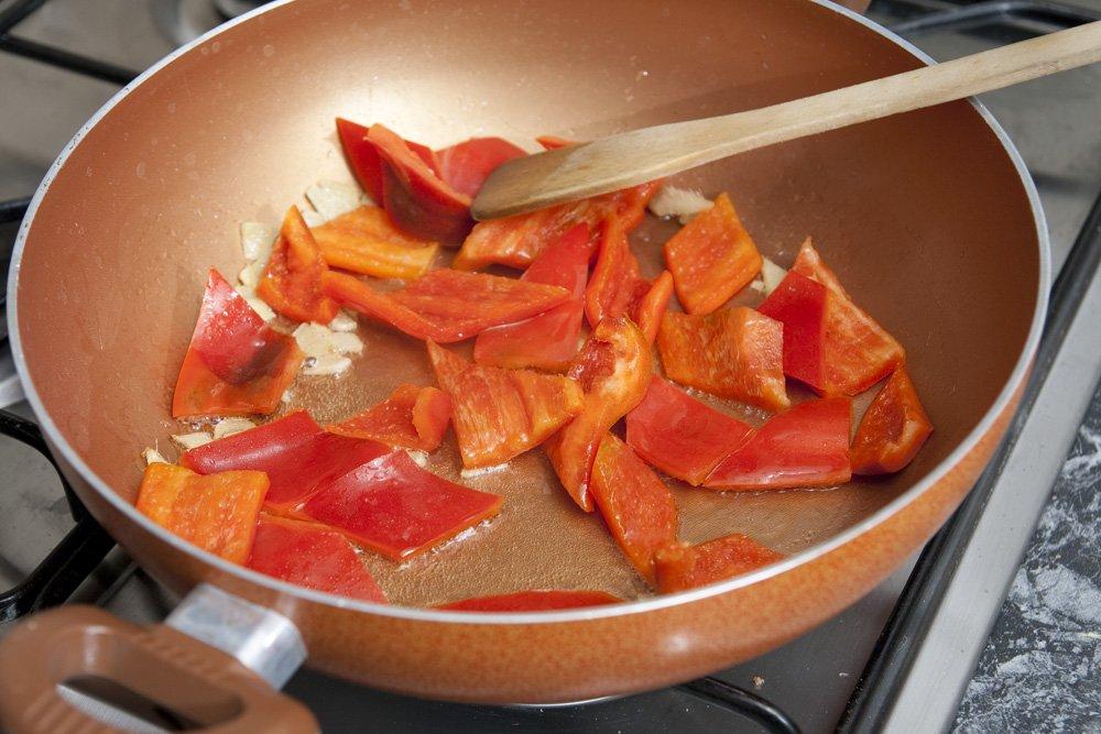 Cuociamo lo zenzero e i peperoni in olio di semi.