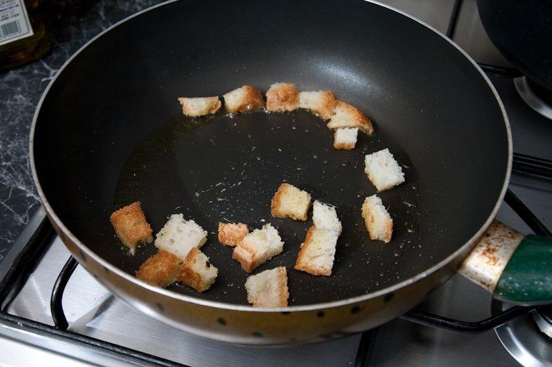 Prepariamo i crostini di pane