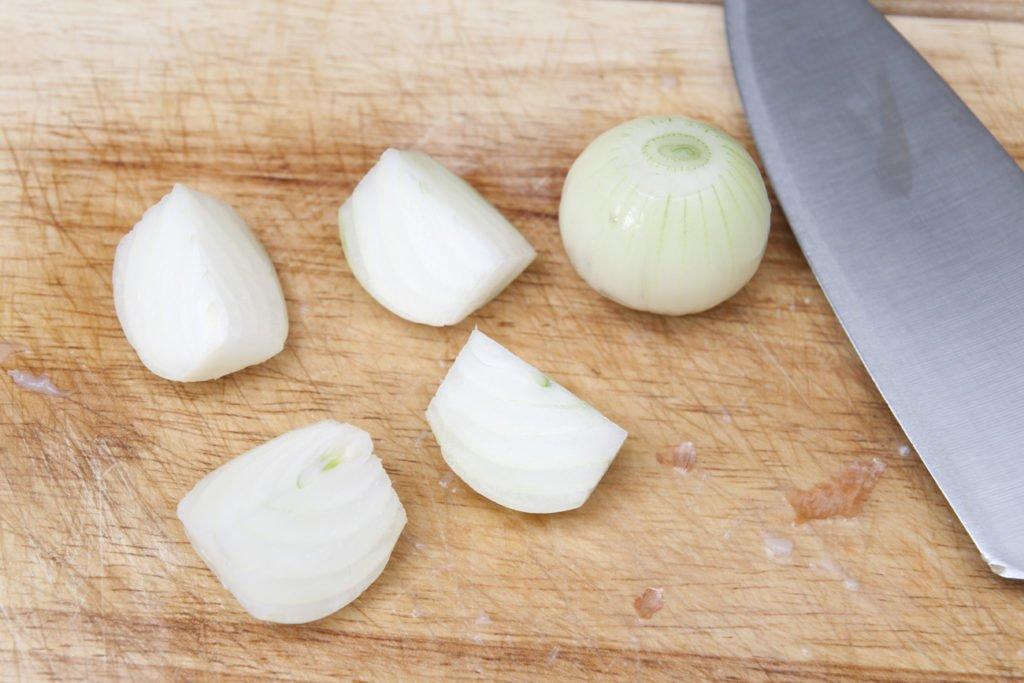 Affettiamo la cipolla in 4 spicchi