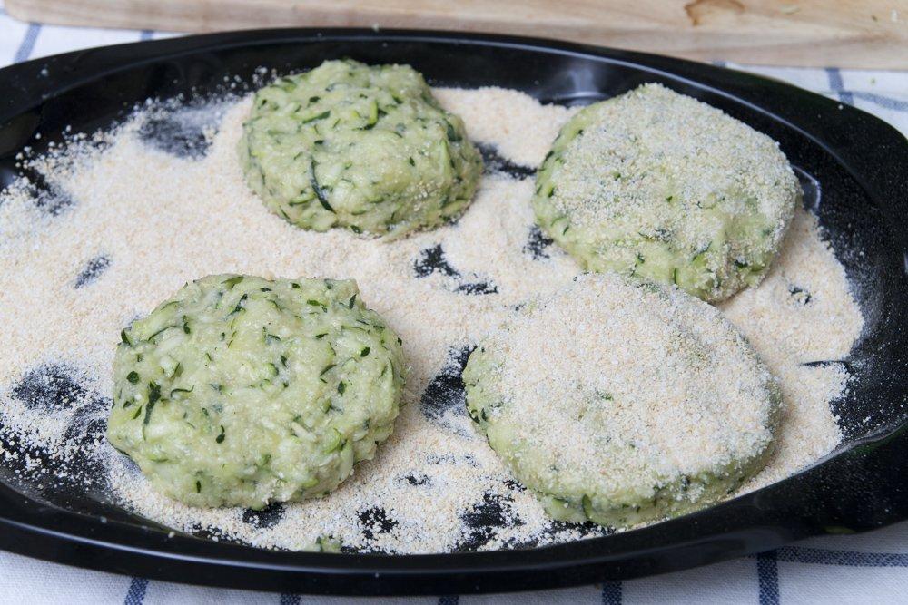 Dopo aver dato la forma, impaniamo le polpette di zucchine.