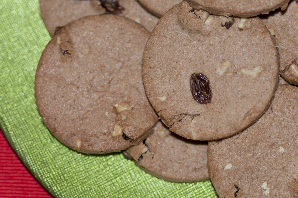 Ecco pronti i biscotti di Natale con cannella, noci e uvetta.