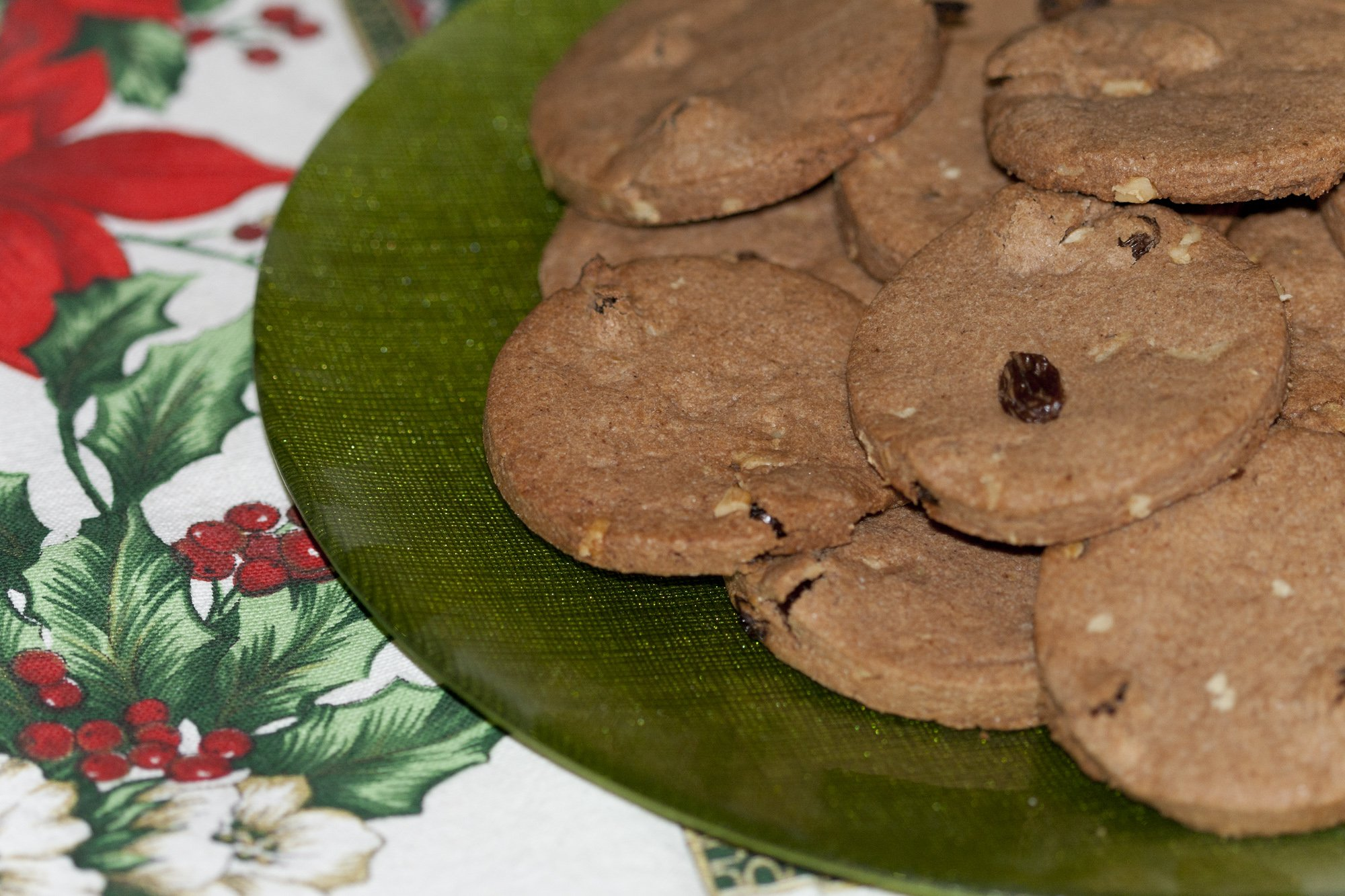 Biscotti di Natale con cannella, noci e uvetta