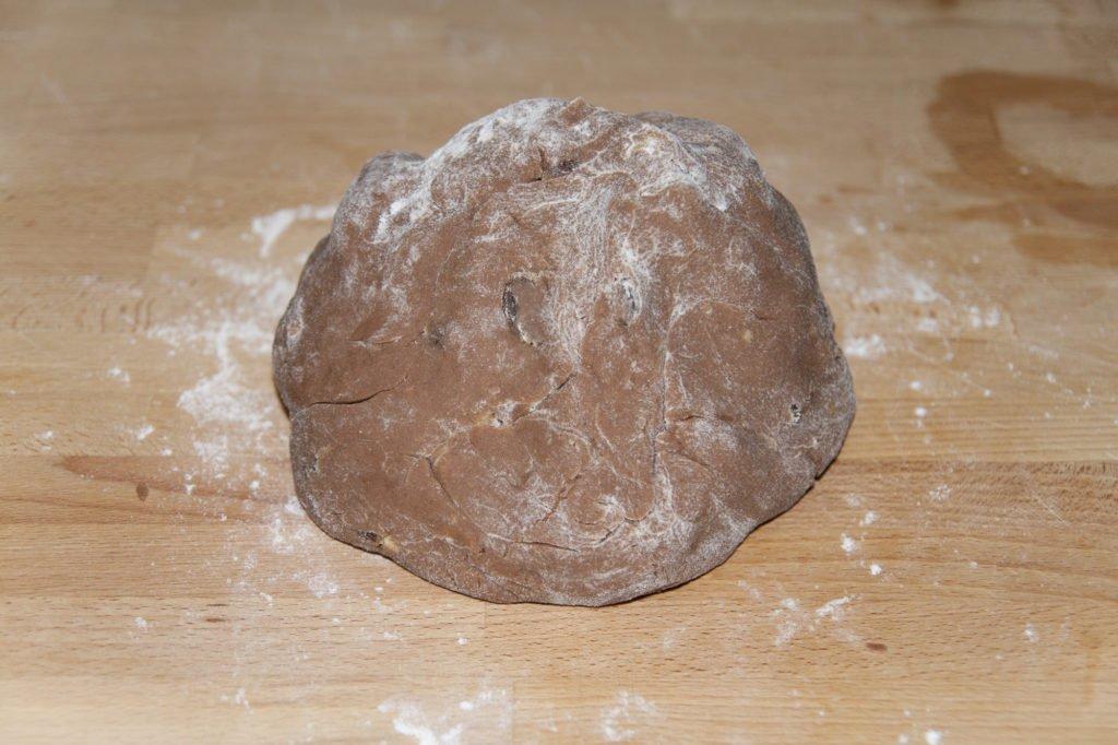 Finiamo di impastare a mano e diamo la forma di una palla.