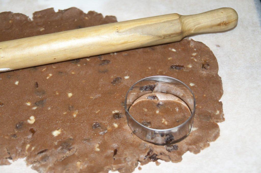 Stendiamo l'impasto e tagliamo i biscotti con uno stampo.