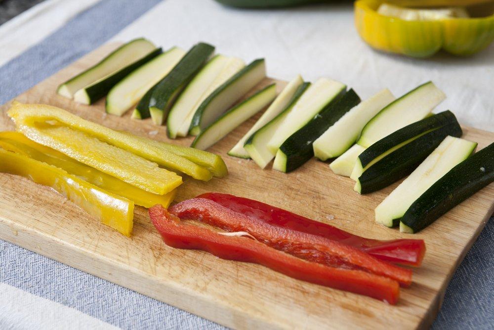 Affettiamo le verdure in striscioline.