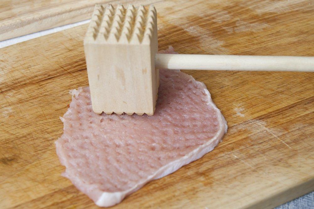 Pestiamo la lonza di maiale in modo da assottigliarla.