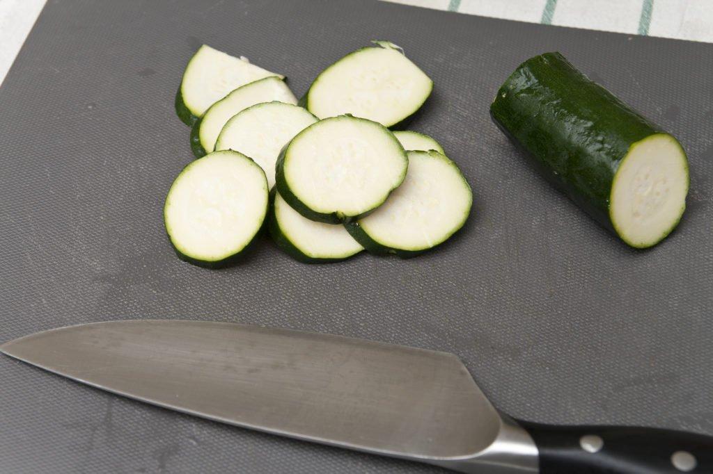 Tagliamo la zucchina in dischetti.