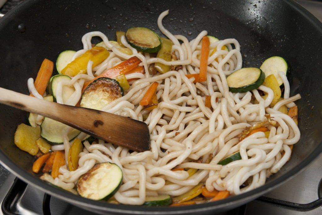 Aggiungiamo la salsa di soia per insaporire.