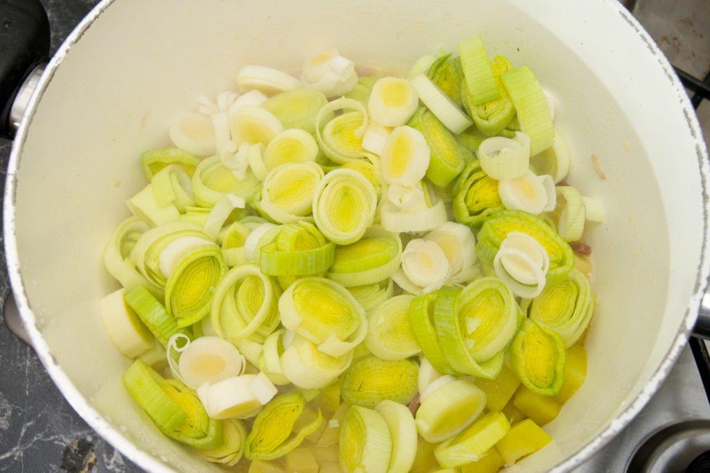 Gettiamo i porri nella pentola, assieme alla patata e allo speck.