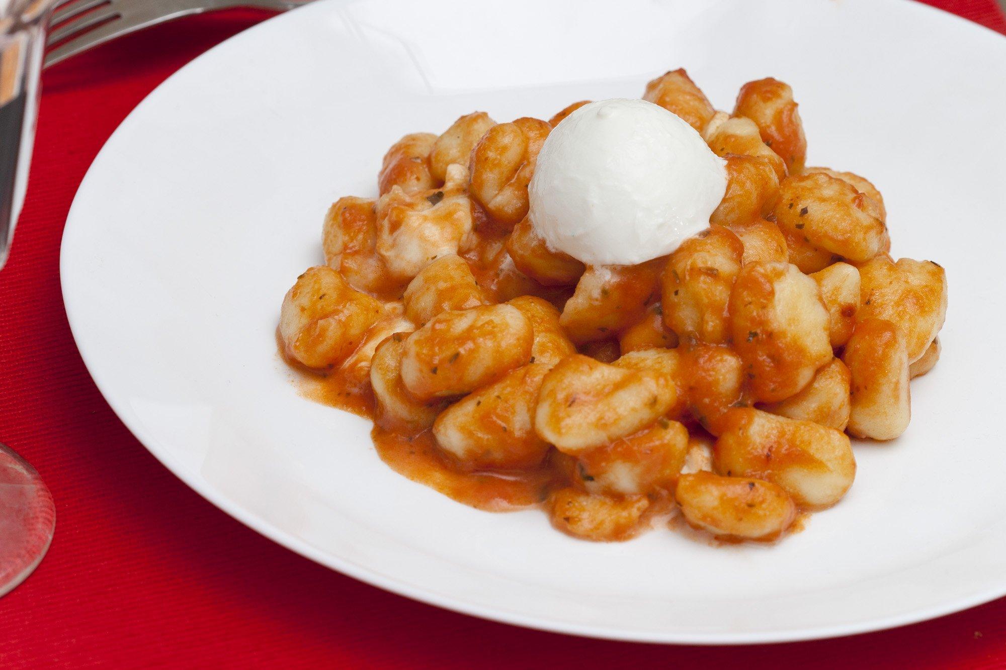 Ricetta Gnocchi Sugo E Mozzarella.Gnocchi Con Pomodoro E Mozzarella Di Bufala Un Primo Tradizionale Facile E Veloce