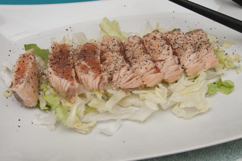 Impiattiamo la tagliata di salmone.