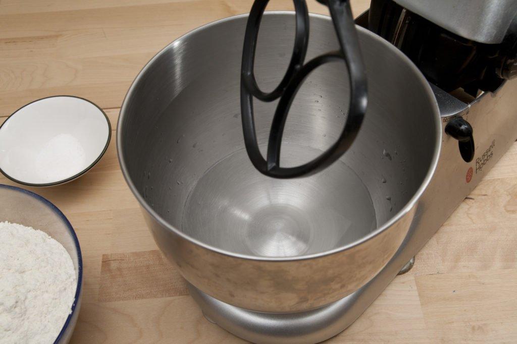 Versare l'acqua nella planetaria