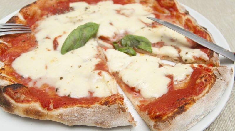 Pizza margherita fatta in casa tagliata
