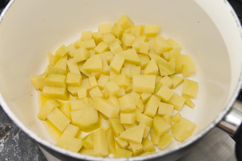 Saltiamo i cubetti di patata in olio EVO.