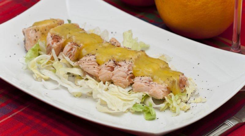Piatto di tagliata di salmone all'arancia