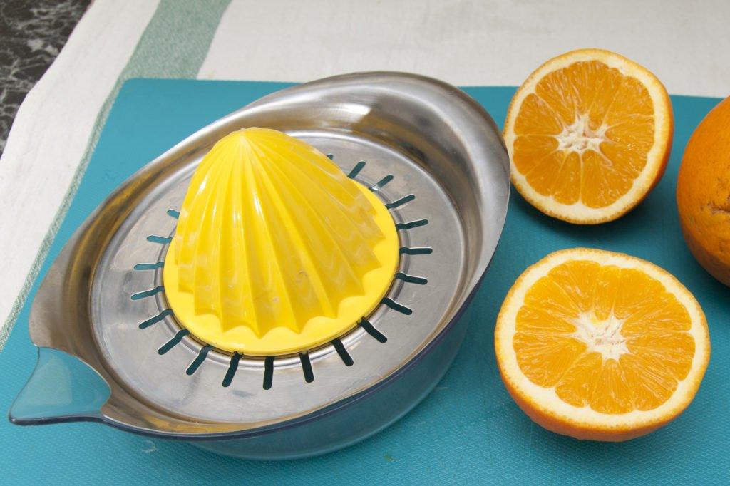 Spremiamo un'arancia e filtriamo il succo con un colino