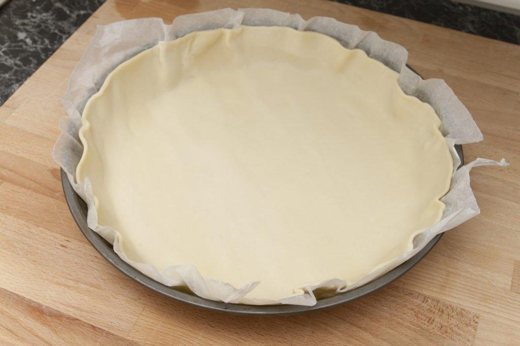 Stendiamo la pasta brisée nella forma.