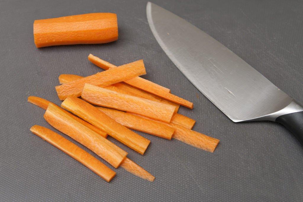 Tagliamo la carota in listarelle.