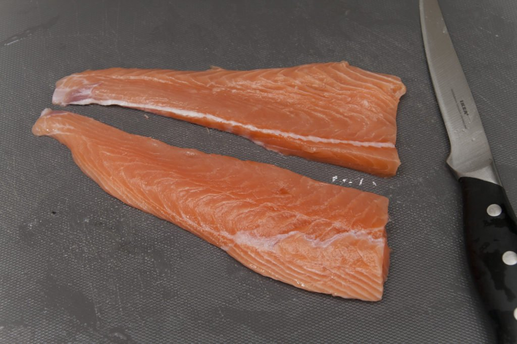 Rimuoviamo la pelle dal filetto di salmone e tagliamolo in due tranci.