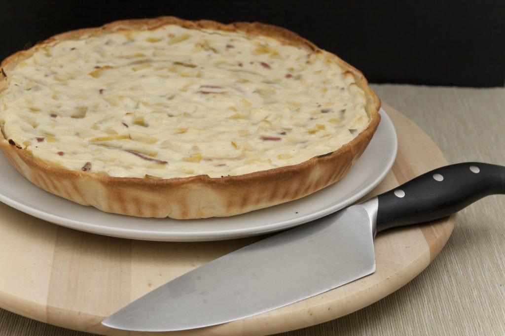 Ecco pronta la torta salata con speck e porri.