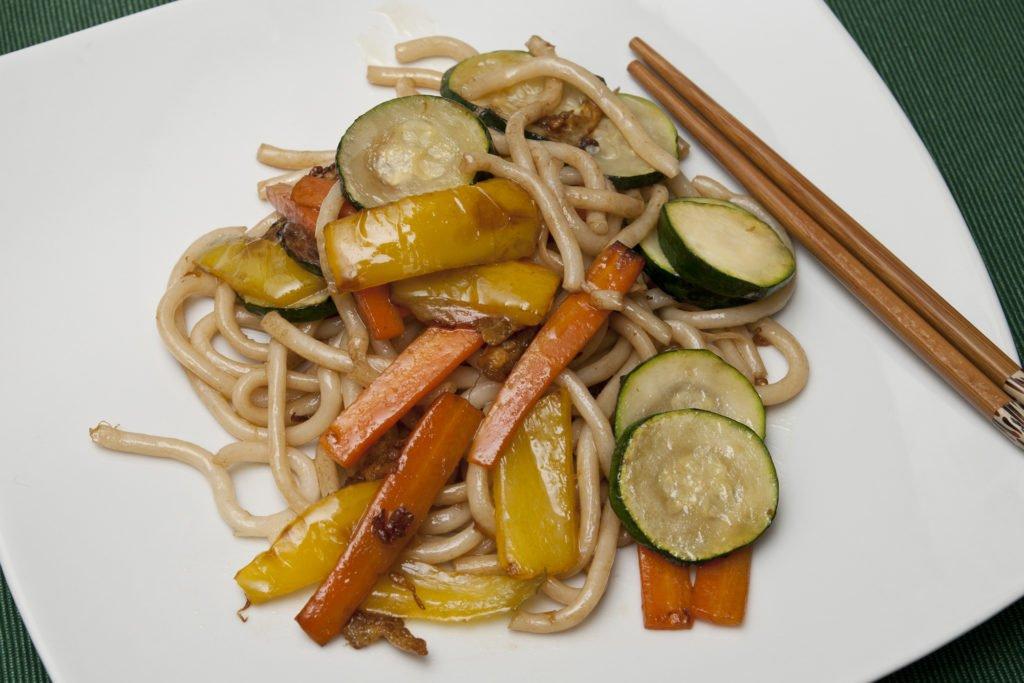 Ecco completati gli udon saltati con le verdure.