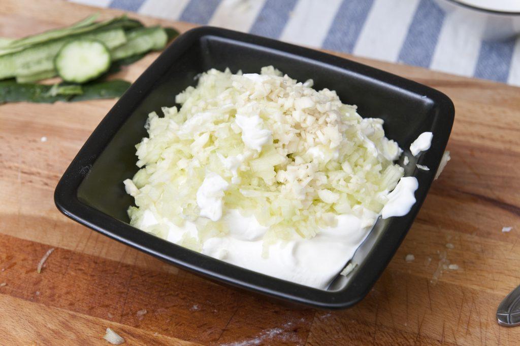 Uniamo cetriolo, aglio e yogurt greco