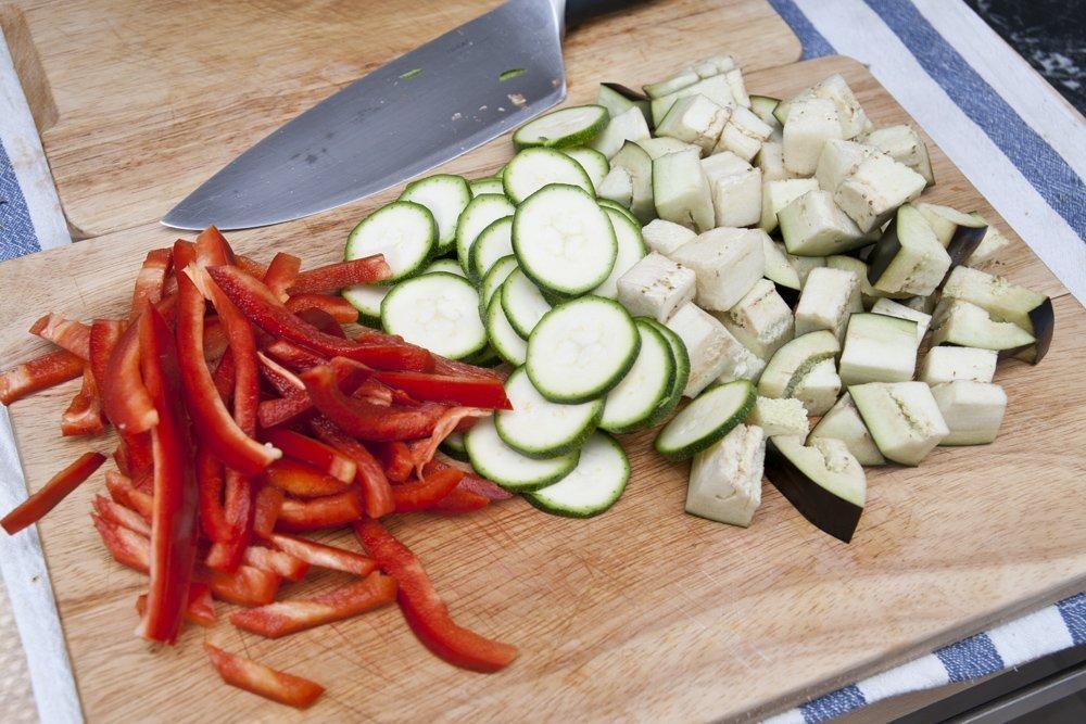Tagliamo le verdure per la carbonara vegetariana