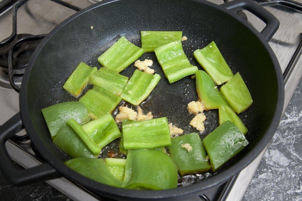 Soffriggiamo il peperone con lo zenzero